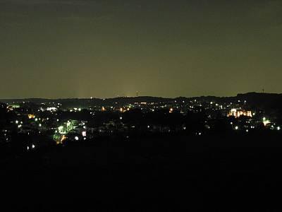 夜の狭山湖堤体から見た町の灯り