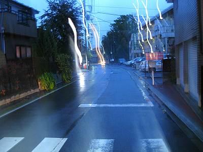 雨降る夜の道路