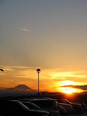 マミーマート所沢山口店から見る富士山シルエット