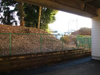 サンキ駐車場から見た山口城址の土塁