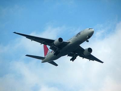 羽田空港に着陸する飛行機