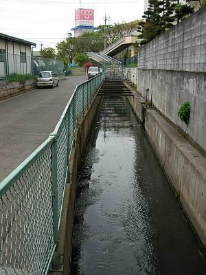 OSCデオシティ付近の坂ノ下川