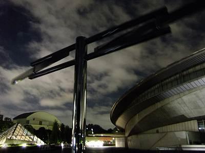夜の東京体育館のグルグル(F70EXR撮影)