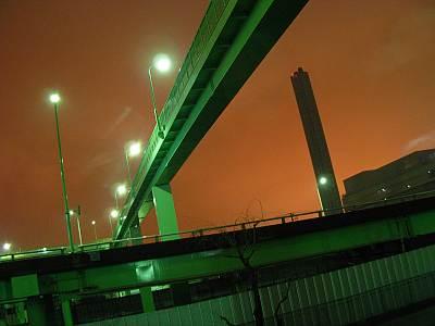 大井北ふ頭歩道橋下から見上げる品川清掃工場の煙突