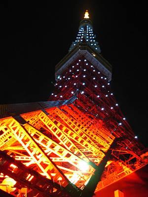 夜の東京タワーを真下から
