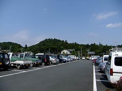 飯能市民会館駐車場から天覧山を見る