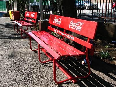 東京コカ・コーラボトリングの赤いベンチ