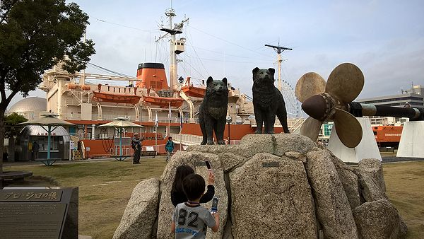 名古屋港のタロ・ジロの像