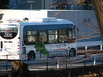 きよバス(明治薬科大学前走行中)