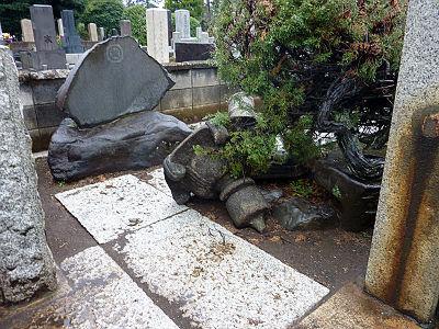 倒れた墓所