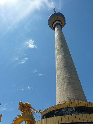 真下から見る中央電視塔