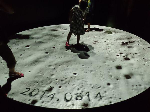月に足跡を