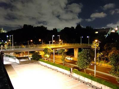 夜の東京体育館近くの歩道橋(F70EXR撮影)