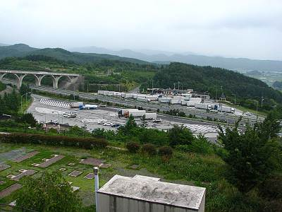 平尾山公園から佐久平PA、富士山方面の望む