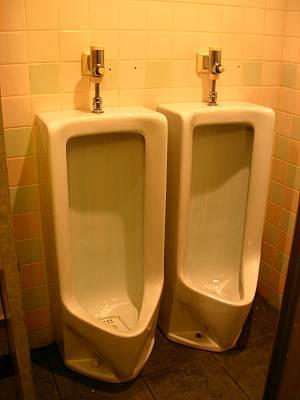 とても近い男性用トイレ