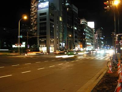 夜の青山二丁目交差点