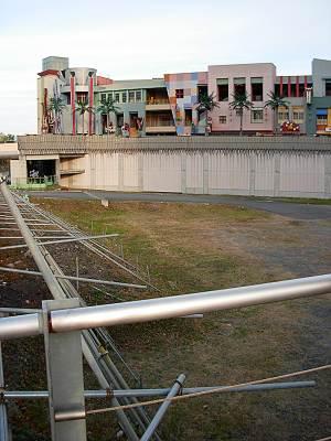 大阪たこ焼きミュージアムの壁の裏は空き地