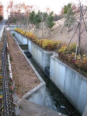 東部クリーンセンター敷地内を流れる日比田水路