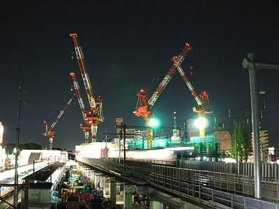 武蔵小金井駅の上のクレーン群
