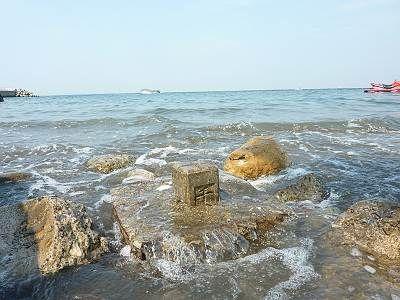 海に埋もれた富津岬の標識