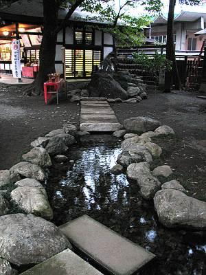 秩父神社に流れ出る武甲山の伏流水