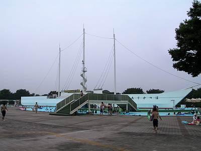 川越水上公園 流れるプールの中にある船