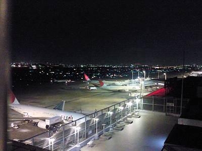 夜の羽田空港展望デッキから