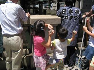 子供たちも川に投入