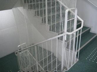 防護ネットのついた階段