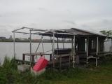 川辺の廃屋