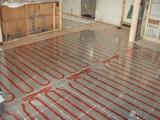 全面に床暖房パネルを敷設します