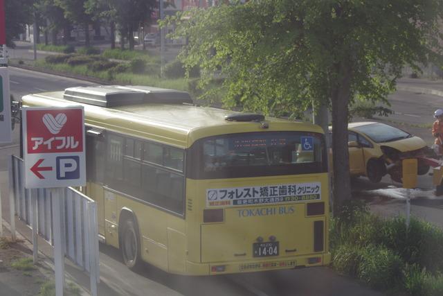 歩道を走る路線バス