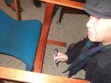 自作の椅子にサインする磯崎新