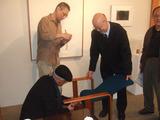 磯崎新、椅子にサイン