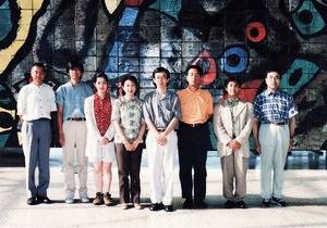 12 ミロ陶板画前にて記念写真(撮影・石原輝雄)