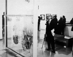 図19-2 「大ガラス」の前で