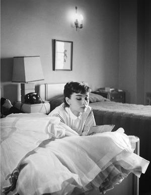 11_BWP048-Audrey-reading-le