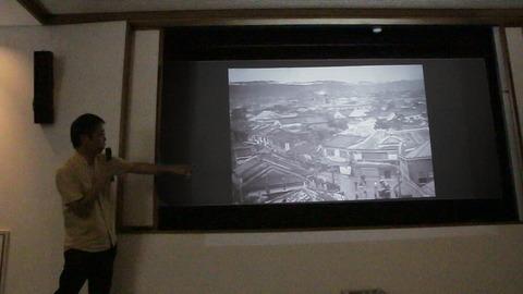 戦前の沖縄を記録した映画を解説する真喜屋力さん