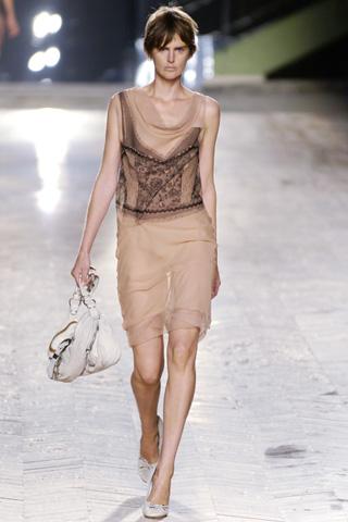 2006年の春夏ファッションは、どうもヌード・カラーも流行のうちの一つかもしれませんよ。 フワリとした女性らしいラインのドレスはきっと素敵でしょう。