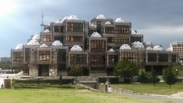 写真3_コソボの図書館