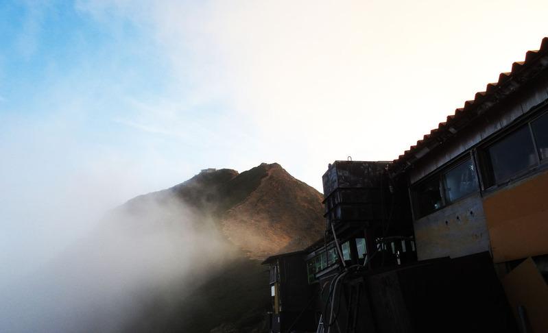 0赤岳天望荘から望む赤岳山頂と小屋