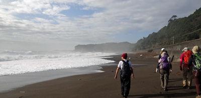 0熊野灘の砂浜を歩く400