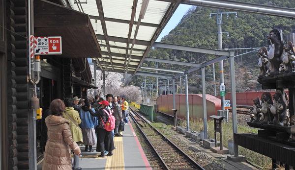 0亀岡駅ホーム600