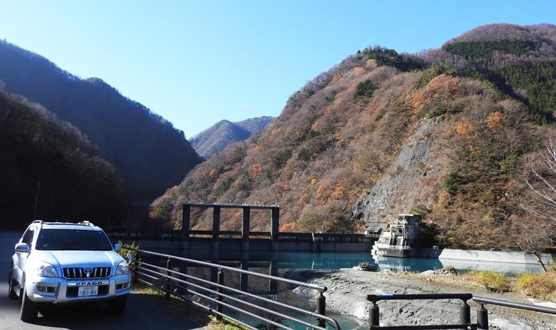 0奈良湖と車800