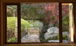 玄関から裏庭を望む