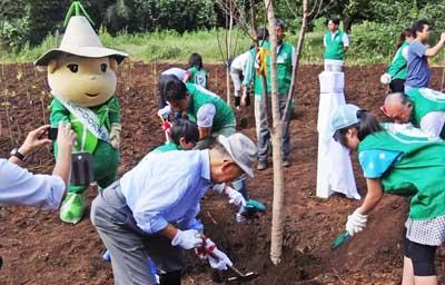 0植樹するモリオンと市長400