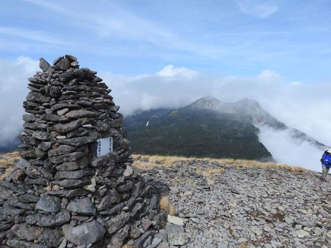 0硫黄岳山頂へ導くケルン700