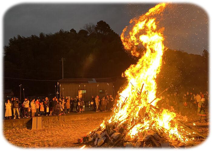 0燃え盛る火700