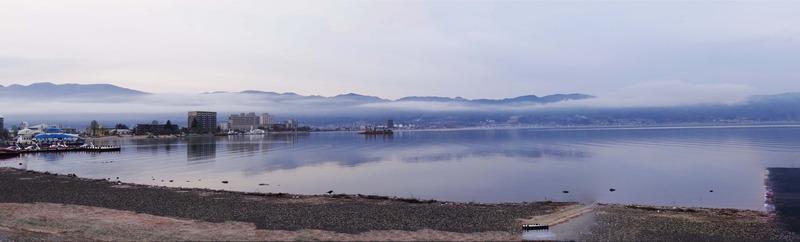 朝の諏訪湖を上諏訪から望む