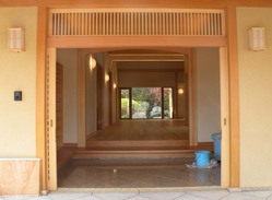 玄関からホール・裏庭を望む